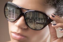 선글라스에 반사된 배경