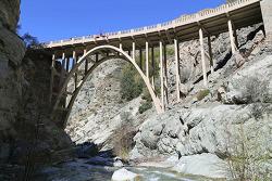Bridge to Nowhere - 도로도 없는 깊은 산속에 생뚱맞게 등장하는 거대한 콘크리트 아치의 다리!