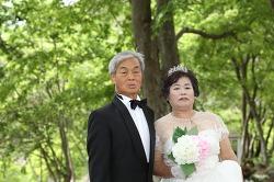 결혼 42년 만에 턱시도 입고 면사포 쓰고 스몰 웨딩