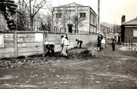 1974년 안양 장내동성당(현 중앙성당) 뒷골목