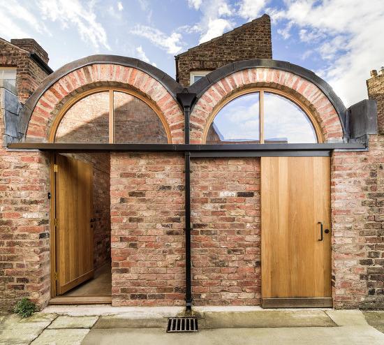 *핸드메이드 벽돌로 꾸민 아치형 입구의 건물-[Studio Ben Allen adds pair of brick vaults to terraced house in York]