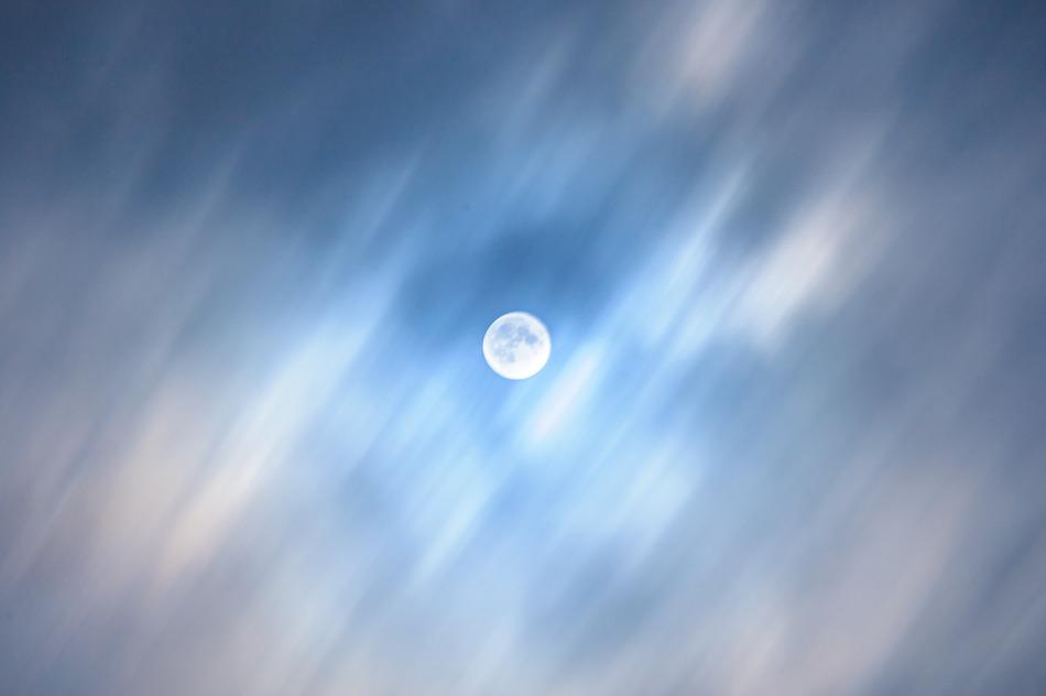 달 위를 흐르는 구름