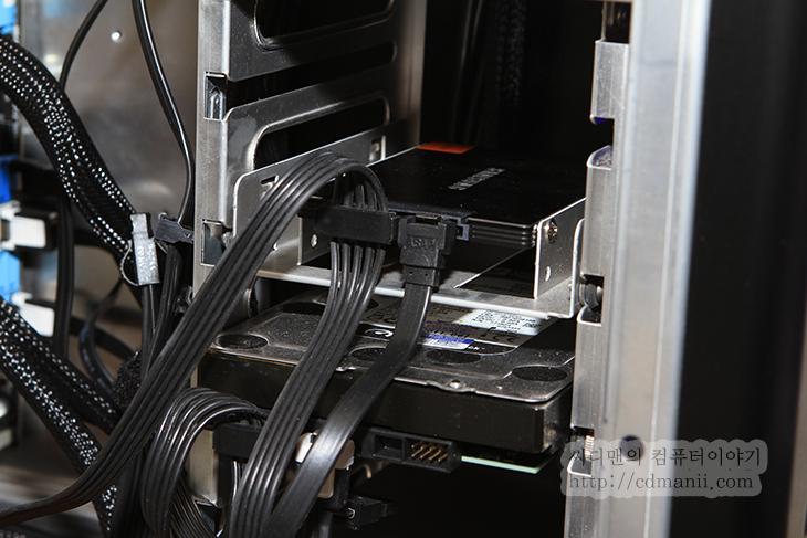 삼성 SSD 830 Series 256GB VS HDD 속도 비교  일반하드디스크보다 SSD는 보통 빠르다고 하죠. 이를 설명해주는 동영상들도 많고 이미 보신 분들도 있을겁니다. 저도 아주 예전에 봤던 동영상이지만 CD를 2층에서 1층으로 집어던지는 속도와 파일복사속도와 비슷하다는 동영상을 본것이 기억이 나네요. 그때는 SSD를 여러개를 RAID 0 으로 묶어서 속도를 테스트한것이긴 하지만, 지금은 SSD가 단일로 작업해도 속도가 많이 좋아졌습니다. 예전에 문제가 있었던 프리징 현상등은 지금은 컨트롤러가 좋아져서 거의 사라졌지요. 수명에 대한 부분은 공정이 올라가면서 쓰기 횟수가 조금씩 더 줄어들어서 걱정하는 분들도 있지만 보통 A/S 기간이 3-5년으로 제공하고 있고 여유공간만 어느정도 확보한 상태에서 사용을 하면 큰 걱정은 없다는 생각입니다. 저 역시 삼성 SSD 830 Series 256GB와 128GB , Intel 320 Series 80GB를 쓰고 있지만, 특별한 셋팅없이 편하게 쓰고 있는데 수명은 큰 영향이 없어보이네요.삼성 SSD 830 Series 256GB, SSD, HDD, IT, 리뷰, WD, 웨스턴디지털, SAMSUNG, 사용기, 후기, 속도, 벤치, 벤치마크, 인텔 SSD 320 Series, 정품, AS SSD,