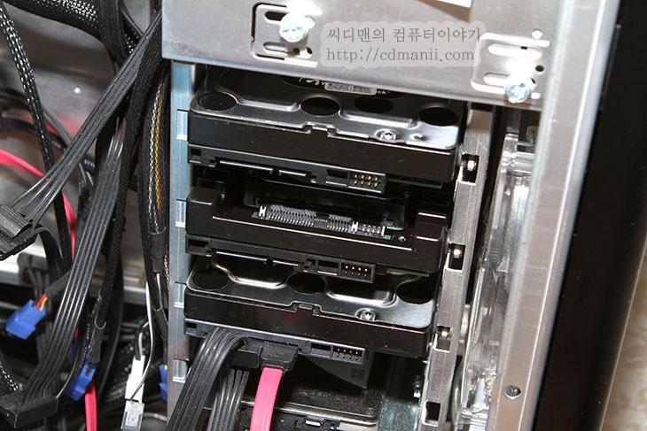 벨로시랩터 1TB, WD VelociRaptor WD1000DHTZ, 벨로시랩터, VelociRaptor, IT, 리뷰, 하드디스크, 가장 빠른, 고속, 10000RPM, RPM, 분당회전속도, 집적도, 헤더, 성능, review, WD, 웨스턴디지털, 장착 방법, 벨로시랩터 장착 방법, 스펙, 설명, Spec,벨로시랩터 1TB 스펙 및 장착 방법 WD VelociRaptor WD1000DHTZ  컴퓨터를 좀 했던 분들은 대부분은 아실 것 입니다. 랩터시리즈를. 가장 빠른 이라는 타이틀을 갖고 벨로시랩터 1TB가 다시 나왔습니다. WD VelociRaptor WD1000DHTZ 는 모델명 입니다. 이번에 고용량에 고성능이라는 이름을 가지고 250GB 500GB 1TB 이렇게 출시가 되었네요. WD 랩터 시리즈는 한동안은 고급사용자들의 전유물 그리고 하드디스크 레이드0으로 묶고 앞자르기를 해서 가장 빠른 하드디스크를 만드는 가장 일반적인 방법이었습니다. 그런데 SSD가 점점 많이 보급이되고 점점 렙터 사용자도 좀 줄었습니다. 지금 하드디스크가 가장 빠른것이 무슨 소용이 있겠냐고 하겠지만 벨로시랩터 1TB는 10,000 RPM에 64MB 캐시를 장착한 가장 빠르고 신뢰도가 높은 하드디스크로 인코딩 작업 및 잦은 쓰기작업시에 좀 더 안정된 능력을 보여줍니다. 실제로 아직까지는 대용량 데이터를 다루는 서버에서도 하드디스크를 사용중입니다. 아직은 데이터 신뢰도 부분에서 장점이 어느정도 있다는 이야기이죠.  저는 이번에 벨로시랩터 1TB(WD VelociRaptor WD1000DHTZ)를 다각도로 사용해보고 어느사용자에게 적합하고 어느부분에서 능력을 발휘하며 부족한 부분들도 살펴보고자 합니다. 저는 지금 SSD도 대부분 제품을 사용해본 경험이 있고 WD 시리즈 하드디스크 및 여러 다른 제조사의 하드디스크도 모두 사용해본 경험이 있으며 당연이 모두 사용중입니다.  포커스는 초급~ 중급으로 잡으려고 합니다. 고급사용자는 설명을 안해도 이미 다 아실테니까요. 사진작업자나 동영상 작업자들을 촛점을 맞춰서 쉬우면서도 전문적인 내용을 다뤄보도록 하겠습니다. 앞으로 시리즈로 글을 적게될텐데 궁금한 내용들은 질문을 해주세요.