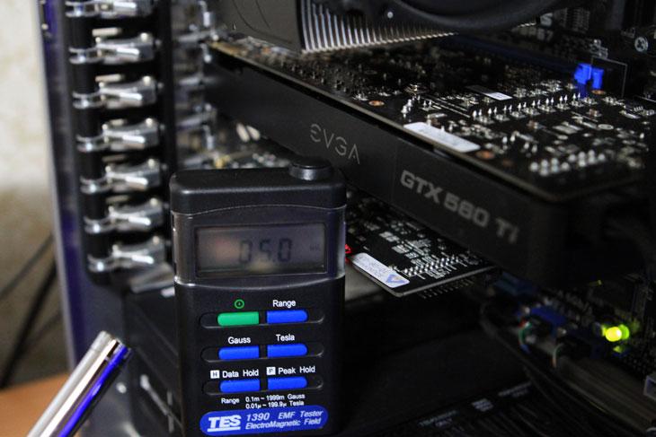 EVGA GTX560 Ti DS SuperClocked DDR5 1G, EVGA, 그래픽카드 추천, 추천제품, 자기장파, 소음, 소음측정기, 자기장파 측정기, TES, Center320, 에브가, IT, 제품, 사용기, 테스트, 발열, 성능, 성능편, 추천, 얼리어답터, 후기,EVGA GTX560 Ti DS SuperClocked DDR5 1G 성능 과 소음 부분에 대해서 설명하는 글을 적어보겠습니다. 제가 예전에 그래픽카드 추천 제품으로 이 제품을 이미 소개한적이 있는데요. 성능은 확실히 많이 좋군요. 극악적인 벤치를 하더라도 보통 실제 게임을 할 때는 네트워크의 특성도 따져야 하므로 옵션을 조정해서 사용을 하게 되는데 그렇게 해서 사용할 경우 왠만한 온라인게임은 전혀 무리가 없고 설치형 게임을 할 때 도 문제는 없어 보이네요. EVGA GTX560 Ti DS SuperClocked DDR5 1G 는 GPU 클럭이 900 Mhz 나 됩니다. 같은 동급 제품중에서는 상당히 고클럭 제품인데요. 물론 메모리 클럭도 상당히 높죠. 클럭이 높은 점은 당연히 GPU 성능에 반영 되므로 높은 성능을 기대할 수 있습니다. 그런데 신뢰도가 높은 부품을 쓰지 않은 상태로 클럭만 높으면 오히려 수명을 단축시키는 결과도 줍니다. 그래픽카드는 게임을 할 때는 상당히 전력소모가 심하죠. 당연 발열도 상당히 많이 나게 됩니다. 발열은 그대로 그래픽카드의 콘덴서에 영향을 주어서 제품 수명을 낮추죠. 그래서 요즘 고클럭제품들은 신뢰도가 높은 부품을 사용하고 문제가 없도록 레퍼런스 쿨러는 팬이 보통 2개 정도 달려서 나옵니다. 물론 따로 그래픽카드를 달아주는게 성능은 훨씬 올라갑니다. 이부분은 아래에서 좀 더 설명을 하죠.