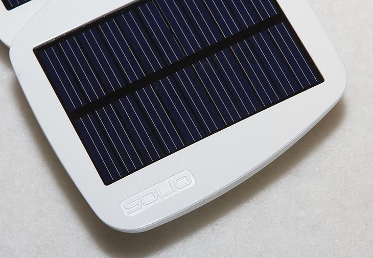 태양광 충전기, 태양광 충전기 추천, 볼트, 태양광 충전기 볼트, SOLID BOLT, Solar, 솔라, 태양광충전기, 태양광충전, 태양충전기, 태양광전지판, 전지판, 태양광 전지판, IT, 제품, 리뷰, 사용기, review, 태양, 빛, 배터리, Battery, backup, 백업, 안드로이드폰, 아이폰, iphone, Bolt, SOLIO, 솔리오, 솔리오코리아, 2000mAh, 밀리암페어, 충전, 충전시간, 9간, 9시간 충전,태양광 충전기 솔리오 볼트를 소개 합니다. 이런류의 충전기는 이미 많이 나와있지만 대부분은 실제 충전하는데 태양빛을 이용한 충전시간이 너무 길어서 실제로 사용시 별로 효과가 없는 경우가 많은데요. 태양광 충전기 솔리오 볼트 경우에는 상대적으로 상당히 짧은 9시간만에 Bolt의 2000mAh를 태양빛으로 완충전 시킬 수 있고 USB 충전용 배터리로 쓰기에도 2000mAh 나 되기 때문에 대용량 배터리로 충분히 사용 가능 합니다. 태양광 충전기 솔리오 볼트를 빛을 이용해서 충전 할 때에는 펼쳐서 사용이 가능하고, 휴대할때는 접어서  작게해서 휴대할 수 있습니다. 크기도 앙증 맞은 크기에 몸통이 흰색이여서 남녀 노소 누구에게나 잘 어울리는 타입입니다. 흰 색 몸통을 하고 있어서 충전중에 몸통이 뜨거워지는 일도 줄일 수 있습니다. 모서리 부분은 모두 둥글게 처리가 되어 있어서 어딘가를 긁거나 하지 않게 되어잇고 디자인적으로도 우수 합니다. 처음에 SOLIO BOLT를 사용하는데 설명서가 좀 어려울 수 있습니다. 모두 영문으로 나오기 때문이죠. 그런데 이 글을 읽어보시면 누구나 사용 가능 할 것입니다. 누구나 알기 쉽도록 쉽게 사용기 및 설명을 해보도록 하겠습니다.
