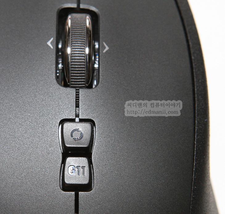 로지텍, logitech, G700, G1, 게이밍 마우스 추천, 게이밍 마우스, 폴링 레이트, 폴링레이트, 1000Mhz, DPI, IT, 제품, 리뷰, 사용기, 후기, review, 마우스, mouse, 게임, 배틀필드3,로지텍 G700 마우스를 구매를 했습니다. 역시 게이밍 마우스 추천 제품답게 폴링 레이트 1000Mhz 지원과 상하 5700 DPI까지 지원하는 성능 및 13개의 버튼을 두어서 자유롭게 여러가지 매크로를 활용할 수 있는 괜찮은 제품 입니다. 배틀필드3 게임을 하면서 로지텍 G700을 계속 사용하고 있는데요. 제가 원하는 만큼 딱 움직여주는 괜찮은 마우스네요. 로지텍이라 버튼 문제도 없을듯하구요. 배터리는 기본적으로 에네루프 충전지가 들어있어서 충전하면서 사용이 가능 합니다. 건전지를 빼서 충전을 해도 되지만 USB 케이블을 연결하면 충전이 됩니다. 휠 버튼은 딸깍거리면서 돌아가는 모드와 걸리지 않는 모드 두가지를 선택 할 수 있게 되어있어서 무소음 휠을 좋아하는 분께도 또는 걸리는 휠을 좋아하는 분께도 모두 맞습니다. DPI 는 최대 5단계로 바로 설정이 가능하고 게임을 하는 도중에도 단계를 바로 바로 조절 할 수 있습니다. 예를 들면 조금만 움직여도 많이 움직이는 DPI 를 높게 설정한 모드를 그리고 조금 움직이면 미세하게 조정이 되는 DPI 가 낮은 모드 등을 셋팅해놓고 게임할 때 바로 적용이 가능 합니다.  로지텍 G700은 기본적으로는 무선을 지원하는 무선 마우스이지만 USB 케이블을 연결해서 유선으로도 사용 가능 합니다. 유선으로 연결 하면 리시버를 빼도 동작하고, 건전지를 빼도 동작 합니다. 말그대로 유선으로 동작하게 되죠. 근데 이 마우스를 쓰시는 분들은 공감하겠지만 대부분 유선으로 사용을 할 겁니다. 건전지가 하루를 다 못가네요. 폴링 레이트를 보통 500Mhz 이상으로 설정하고 사용을 할텐데 그래서인지 완충된 건전지 1개로 정말 하루 쓰기가 힘듭니다. 저 역시 이 문제 때문에 건전지를 빼고 유선으로 사용 중입니다.  이 문제 빼고는 버튼들의 위치며 그립감 등 대부분 만족스럽네요. 가격은 약간 하는 편이지만, 아마도 고장나면 이거 또 살듯하네요. 물론 신형이 나오면 또 옮겨 가겠지만요.