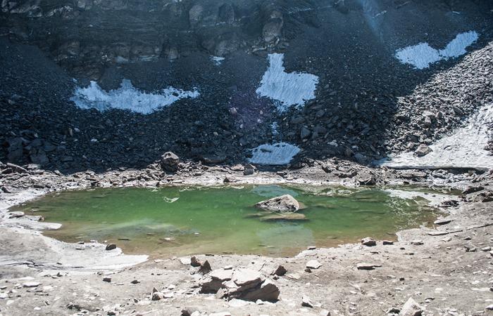 사진: 히말라야 산맥 고산지대에 위치한 루프쿤드 호수의 모습. 추운 날에는 얼음으로 덮히는 빙하호수이다. [인도 해골호수의 비밀]