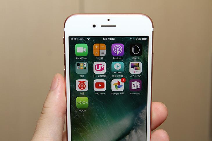 아이폰7 ,유플러스 ,장점, 후기, 파손시, 아이폰, 공식, 수리센터,IT,IT 제품리뷰,많은 분들이 주목하고 있는 스마트폰 인데요. 저도 그래서 알아봤습니다. 아이폰7 유플러스 장점에 대한 후기 그리고 파손시 아이폰 공식 수리센터를 이용하여 저렴하게 수리하는 방법에 대해서 알아보려고 합니다. 골드색상으로 살펴봤는데 꼭 색상은 로즈 골드처럼 나왔네요. 아이폰7 유플러스 장점은 Uplus의 다양한 앱과 서비스를 이용할 수 있다는 것 인데요. 어떤 장점이 있을지 살펴보죠.