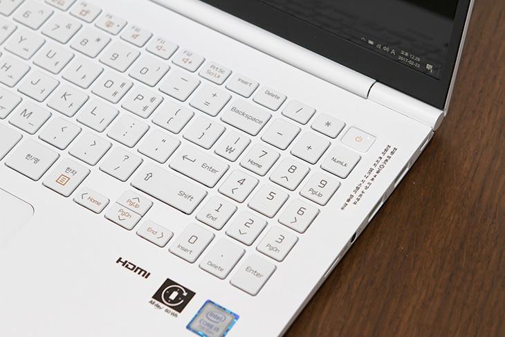 LG 올데이그램 ,13인치, 화면, 내구성, 키감 ,분해,  살펴보기,IT,IT 제품리뷰,작은 사이즈의 노트북 중 가장 배터리가 오래갑니다. 실제로 써본 느낌이 그렇네요. LG 올데이그램 13인치 화면 내구성 키감 분해 및 살펴보기를 해 볼텐데요. 배터리 부분쪽에서는 큰 활약을 한 제품입니다. LG 올데이그램 13인치는 대학생들이나 직장인들에게 너무 유용한 제품인데요. 올데이그램은 13인치 15인치 이렇게 두 모델이 있습니다 15인치 모델은 엄밀히 이야기하면 15.6인치 화면을 가진 모델이긴 하죠.