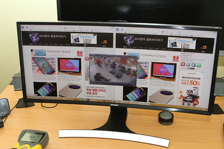 삼성모니터 S29E790C 사용, 후기, 29인치 와이드모니터,29인치,29인치 모니터,WFHD,와이드 풀HD 해상도,해상도,삼성,삼성 모니터, S29E790C,IT,IT 제품리뷰,후기,사용기,삼성모니터 S29E790C 사용 후기를 올려봅니다. 29인치 와이드모니터 인데요. 해상도는 2560 x 1080을 지원하는 모니터 입니다. 느낌상으로는 24인치 모니터를 좌우로 쭉 늘려놓은 그런 느낌 입니다. 21:9 비율의 동영상을 재생할 때 편안하게 볼 수 있는 사이즈이죠. 삼성모니터 S29E790C 사용을 해보면서 이 모니터가 적당한 곳을 생각해 본다면 좌우측으로 넓게 놓고 작업을 해야하는 분들에게 어울립니다. 동영상은 21:9 비율로 된 영상을 재생시 좀 더 장점이 있으므로 영상에 최적화가 되어있다고 말하긴 좀 애매합니다. 21:9 영화를 보는 용도 보다는 1080p의 영상이 훨씬 더 많으니까요. 삼성모니터 S29E790C 모니터는 커브드 디스플레이가 사용이 되었습니다. 위에서 보면 곡선으로 화면이 휘어있죠. 몰입감을 좀 더 주기 위해서 인데요. 나름 괜찮은 것 같습니다. 사용자가 사용하는 거리는 1미터 안쪽 입니다. 비교적 근거리에서 모니터를 바라볼 때 넓은 모니터는 좌우측이 더 시야에서 벗어나게 되는데 약간 휘어있어서 조금이나마 더 편하게 볼 수 있습니다. 이 모니터는 그리고 VA패널을 사용했습니다. 명암대비 부분에서는 장점이 있습니다. 그리고 과거의 VA패널은 아니므로 게임하는데에도 무리는 없죠. 플리커프리가 되어서 깜빡임도 없어서 넓은 모니터를 선호하는 분들에게는 괜찮은 모델입니다.