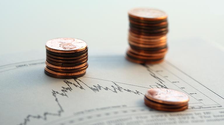 경제관련 그래프와 동전탑