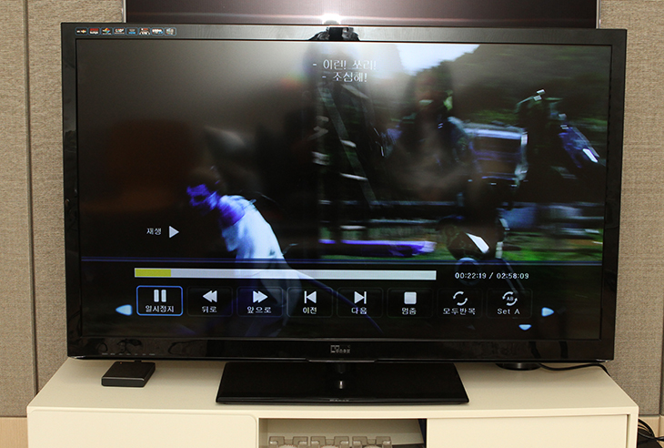 중소기업TV, 모넥스TV ,48인치, M48FHT, 사용기 ,후기,모넥스TV M48FHT,IT 제품리뷰,중소기업TV,모넥스티비,48인치 TV,스위블,스텐드,화질,삼성패널,삼성,중소기업TV 모넥스TV 48인치 M48FHT 사용 후기를 올려봅니다. 같은 화면사이즈의 티비보다 좀 더 저렴한 가격으로 구매할 수 있다는 장점이 있는 제품인데요. 화면은 삼성패널을 사용을 했습니다. 화면에 대해서는 어느정도 보장을 한다고 볼 수 있는데요. 중소기업TV에서는 좀 더 저가형의 패널을 쓰기마련인데 모넥스TV M48FHT 패널은 상당히 괜찮은것을 사용했습니다. 48인치 제품으로 제가 기존에 사용하던 46인치 제품보다 조금 더 큰 사이즈이네요. 기존에 46인치 삼성 제품 TV를 쓰고 있었는데요. 같이 놓으니 확실히 더 큽니다. 화면은 더 켜졌지만 더 저렴한것이 이 제품의 매력이죠. 벽걸이 설치 또는 기본 스텐드 받침의 사용 모두 가능해서 TV 장식장에 또는 벽에 설치가 가능 합니다. 스텐드에 올려두면 스위블이 가능해서 좌우로 돌려서 볼 수 있습니다. 부엌에서 TV 등을 볼 때 방향을 약간 돌려둘 때 필요한 기능이 되겠죠. 그 외에도 기본적으로 광시야각 패널을 사용해서 시야각이 좋아서 누워서 보거나 가장자리에서 TV를 봐도 선명하게 화면을 볼 수 있습니다.