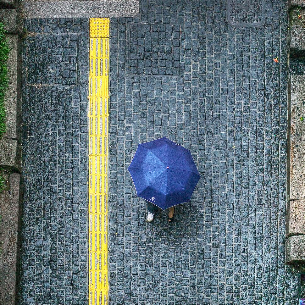 비오는날 우산한개를 나눠쓰고 맞춰걷는 커플사진