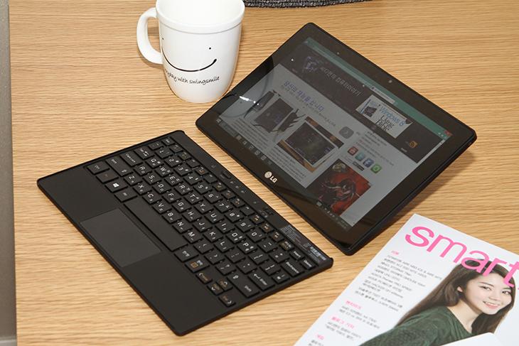 LG 탭북 듀오 ,디자인 이쁜 노트북, 블로깅용 노트북,LG 탭북,탭북듀오,IT,IT 제품리뷰,후기,사용기,리뷰,터치모드,독서모드,퀵스텐드,LG 탭북 듀오 디자인 이쁜 미니노트북을 소개합니다. 블로깅용 노트북으로도 정말 추천할만한데요. 특이하게 태블릿의 본체 부분과 키보드가 완전히, 완벽하게 분리가 되는 타입입니다. 물론 이전에도 이런 타입의 노트북은 있었습니다. 하지만 좀 형태가 다릅니다. LG 탭북 듀오는 태블릿PC에 블루투스 키보드를 함께 구성했는데, 휴대를 더 편리하게 한 제품에 가깝습니다. 블루투스 키보드는 단순 키보드의 기능만 있는 것이 아닙니다. 터치패드까지 일체화돼 마우스가 없을 때 편하게 사용할 수 있는 것은 물론이고, 탭북 듀오 화면인 본체를 포함해 3개의 제품에 동시에 블루투스 페어링을 할 수 있습니다. 다시 말해 PC에도 스마트폰에도 다 연결할 수 있다는 거죠. LG 탭북 듀오는 카페 등에서 태블릿PC를 세워놓고 블루투스 키보드를 편안하게 두고 타이핑 및 작업을 하기에 좋습니다. 태블릿PC 부분은 스탠드가 매우 특이하고, 또 유용합니다. 보통의 태블릿은 별도의 커버나 스탠드를 사야 테이블 위에 세울수가 있는데요, LG탭북 듀오의 태블릿에는 뒷면에 아주 간단히 펴지는 '퀵스탠드'가 있습니다. 위아래 아래로 내리면서 거치를 하는 형태이므로 편리하죠. 태블릿PC의 각도를 마음대로 조정할 수 있고, 또 아예 바닥에 두고 사용할 때나 이동시에는 이 퀵스탠드를 접을 수도 있습니다. 일반적으로 키보드와 태블릿PC가 분리되는 형태의 제품은 이렇게 화면을 세우거나 눕히거나 각도를 조절하는 것이 힘들었죠. 하지만 LG탭북 듀오는 가능 합니다. 제품 컬러는 '퓨어 화이트'와 '프리미엄 블랙' 두가지 색상이 있습니다. 두컬러 모두 깔끔한 디자인으로 남녀 모두가 사용해도 좋습니다. 그럼 실제로 어떻게 활용할 수 있는지 살펴보도록 하겠습니다.