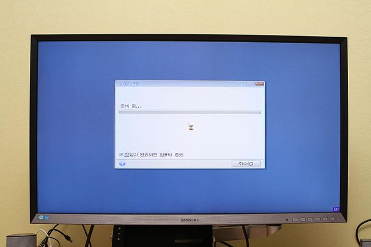 파이슨 Solution CM7 Extreme Series 240GB,파이슨 Solution CM7 Extreme 벤치마크,파이슨 Solution CM7 Extreme 사용기,파이슨 Solution CM7 Extreme,파이슨,파이슨 솔루션 SSD,IT,IT 제품리뷰,SSD SATA,파이슨 Solution CM7 Extreme Series 240GB 벤치마크 사용기를 올려봅니다. 설치하자마자 벤치마크를 하고 그 후 운영체제를 마이그레이션 해서 사용 후 벤치마크를 해 봤습니다. 성능은 꽤 안정적으로 나오네요. 윈도우8.1을 설치해놓고 여러가지 프로그램을 켜고 파이슨 Solution CM7 Extreme 벤치마크를 해 봤는데요. SSD를 쓰면 확실히 HDD를 쓸 때보다는 속도가 확실히 빨라집니다. HDD 보다 4K 속도가 월등하게 빠르기 때문인데요. 그래서 운영체제용으로 많이 사용하죠. 파이슨 Solution CM7 Extreme Series을 실제로 사용해보면서 체감 속도도 꽤 빠르네요. 성능도 꽤 잘 나왔습니다. 이번에 툴박스도 나와서 펌웨어 업데이트나 최적화도 할 수 있었습니다. 한가지 아쉬운 점이 있다면 마이그레이션 부분인데요. 이부분은 아래에서 설명드리죠.