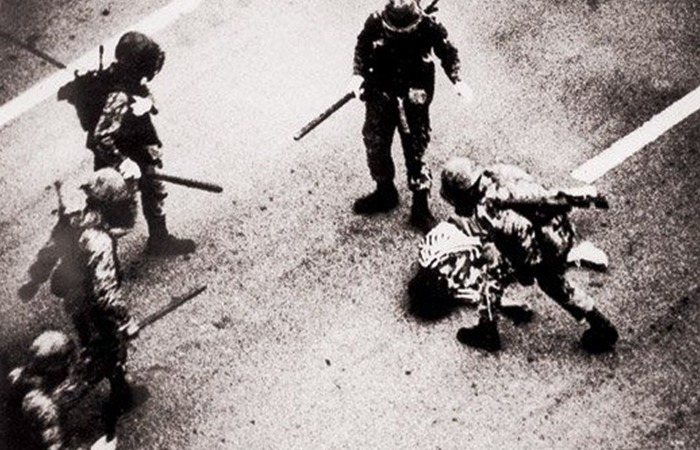 사진: 1980년 광주 민주화 운동에서 계엄군이 시민을 폭행하는 장면. 독재군부는 민간인을 대상으로 헬리콥터까지 동원해서 기관총 사격을 했다는 의혹도 받고 있다. [518 광주 민주화운동과 택시운전사]