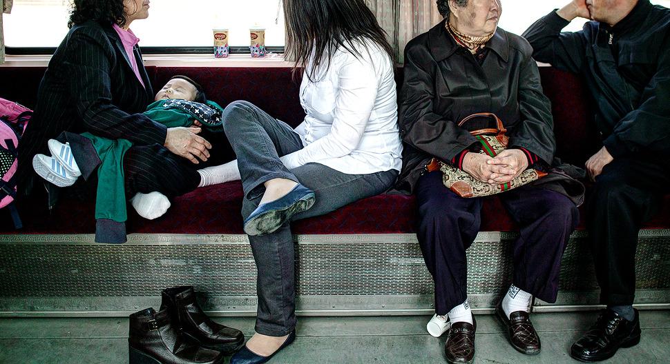 임진각가는 열차안 모습. 마주한 좌석과의 거리가 짧아 대면대면한 사람들의 모습이 인상적이다.