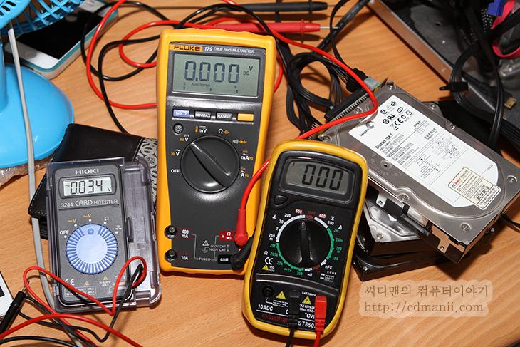 파워서플라이 테스트, 파워서플라이 테스트 방법, PowerSupply Test, 파워서플라이 TEST, 테스트, 테스터기, 멀티테스터기, Fluke, Fluke179, 12V, 3.3V, 5V, 파워서플라이, 안텍, 스파클, 잘만,파워서플라이 테스트 방법은 어렵지는 않지만 정확히 해야 합니다. 간단하게 비용을 크게 들이지 않고 테스트 하는 방법이 있으며 좀 더 정확하게 확인하는 방법이 있는데 두개 모두 설명을 해보도록 하죠. 파워를 조금 오래된 것을 준비를 해봤습니다. 파워서플라이 테스트 방법을 통해서 파워가 정상인지 확인을 하도록 할 것입니다. 보통은 파워서플라이만 자체적으로 전원을 켠 뒤 팬이 돌아가는지를 확인해서 정상인지 파악을 합니다. 이 방법은 완전히 파워서플라이가 고장이났는지 아닌지를 확인하는 방법으로 쓰입니다.  좀 더 정확하게 테스트를 하기 위해서는 파워서플라이를 켜 놓은 뒤 전압을 측정해서 공차내에 들어오는지를 확인하는 것 입니다. 이를 위해서는 테스터기가 준비되어 있어야 합니다. 테스터기를 통해서 12V와 5V, 3.3V의 전압을 측정해서 공차내에 들어오는지 확인 합니다. 보통은 파워서플라이 출시할 때 적어도 플러스 마이너스 5%내의 공차에 들어와야 합니다. 만약 이를 벗어나는 전압이 나온다면 출시할 수가 없죠. 최근의 파워서플라이는 12V를 약간 승압을 해서 출시를 합니다. 여러개의 장치가 연결되었을 때 끝 부분의 장치까지 정확하게 전압이 들어가도록 하기 위해서이죠. 그리고 조금 더 높은 전압이 모든 부분에서 유리합니다. 그래서 12V는 12.20V 정도 나오는게 보통입니다. 5V와 3.3V는 거의 정확하게 들어와야하죠. 전압이 재대로 출력이 된다면 파워서플라이를 정상으로 볼 수 있습니다.  만약 전압이 재대로 나오지 않는다면 파워서플라이는 동작은 하더라도 불량으로 볼 수 있으며 이런 파워서플라이를 억지로 사용한다면 잦은 시스템 다운을 경험하거나 처음 켤 때 재대로 켜지지 않는다는 등의 다양한 증상이 발생할 수 있습니다. 심하면 시스템의 부품이 망가지는 경우도 생길 수 있죠.