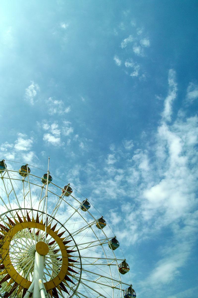 푸른하늘과 잘 어울리는 대관람차.