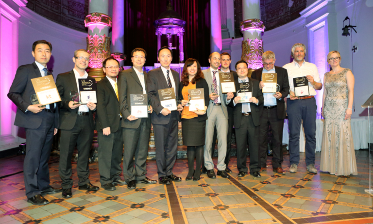 사진은 'LTE 어워드 2015' 시상식에서 KT 네트워크부문 현장기술지원단장 박재윤 상무(맨 좌측)가 다른 수상자들과 함께 기념 촬영하는 모습.