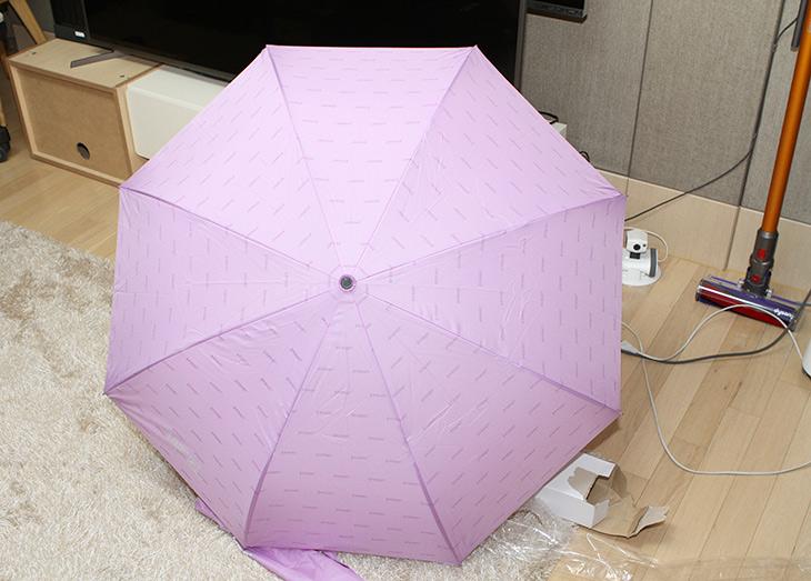 레그넷 ,오토U ,거꾸로 자동우산 ,라벤더 퍼플, 사용기,REGNET,인테리어,제품리뷰,비가 언제올지 모르니 흐리면 들고 다녀야하는데요. 거꾸로 쓰는 우산 소개 합니다. 레그넷 오토U 거꾸로 자동우산 라벤더 퍼플 사용기를 올려봅니다. 이 제품은 특허를 받은 좀 특이한 제품 입니다. 레그넷 오토U는 거꾸로 쓰는 우산 중 신상제품으로 버튼을 누르면 자동으로 펼쳐지도록 되어있는 제품 입니다. 뭐가 특별할까 싶지만 거꾸로 쓴다니 이게 뭐에 좋은것인지 설명드릴께요. 보통 우산을 쓰고 차에 타거나 할 때 우산을 접고 우산을 털어내죠. 그러면 물 바닥에 다떨어지죠.