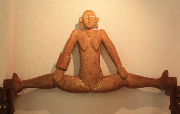 팔라우 다리 벌린 여성 조각상
