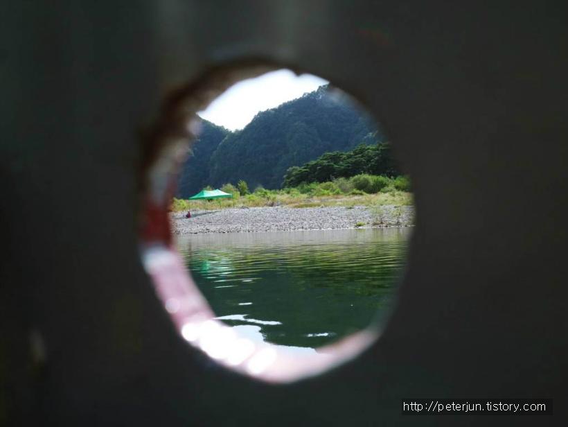 작은 틈 사이로 보이는 강물