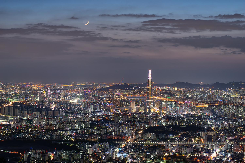 초승달이 떠 있는 서울의 야경