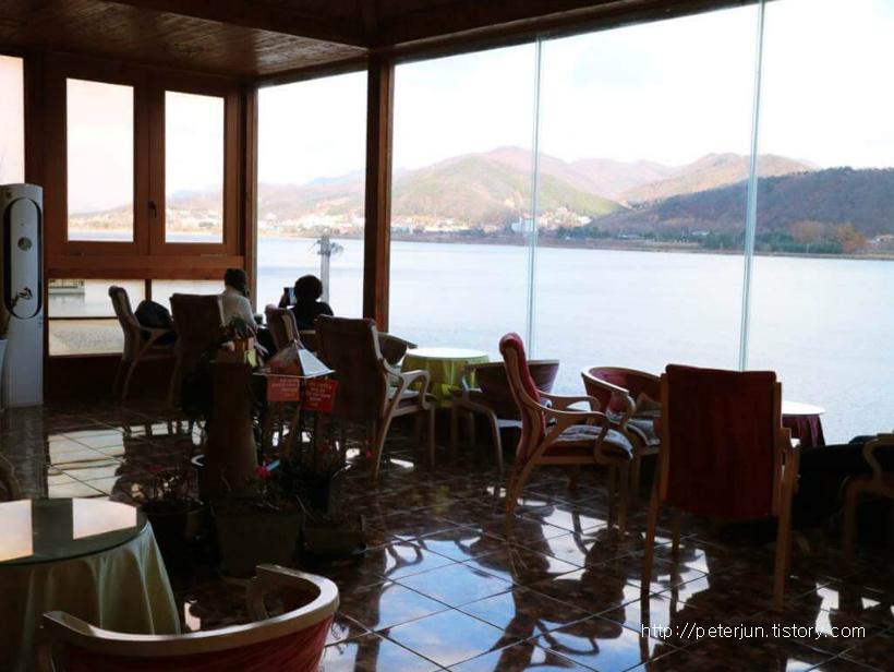 화수목 카페 실내 풍경