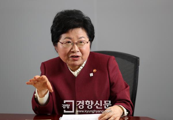 """[인터뷰]정현백 여가부 장관 """"화해·치유재단 올해 안에 청산"""""""