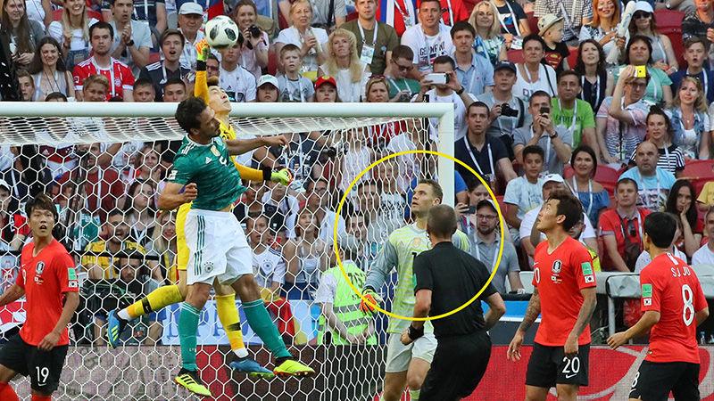 기묘한 장면 사진 - 한국 골문 앞에 있는 독일 골키퍼 노이어 - 2018 러시아 월드컵 3차전